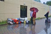 шмотки под дождем