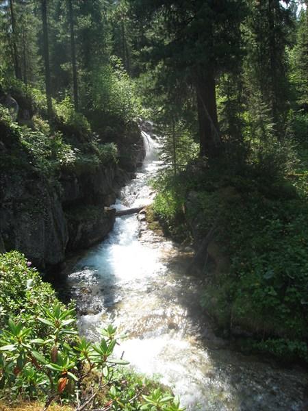 Ручей вытекающий из безымянного озера с отметкой 1430 м.