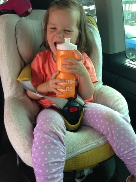 Тая с призом (после детской дистанции) - спортивная бутылка
