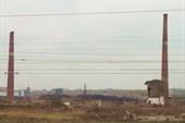 Вдоль линии железной дороги тянется промзона