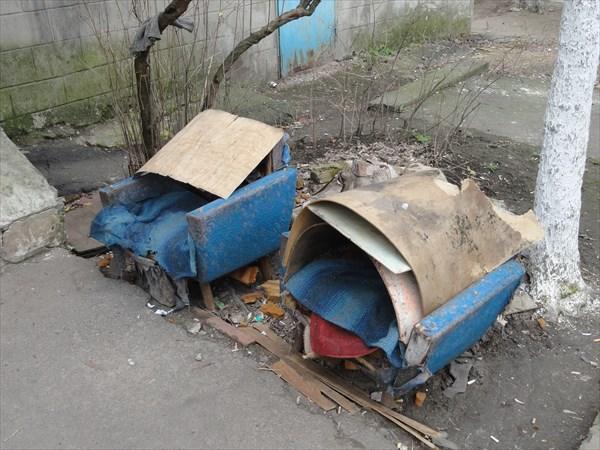 Также для сидения выносят кресла, закрывая их от дождей фанерой