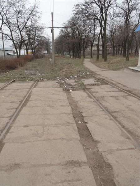 Некоторые трамвайные линии уничтожены, рельсы уходят в никуда