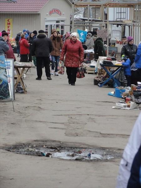 Единственное место в городе, где много людей, это у рынка