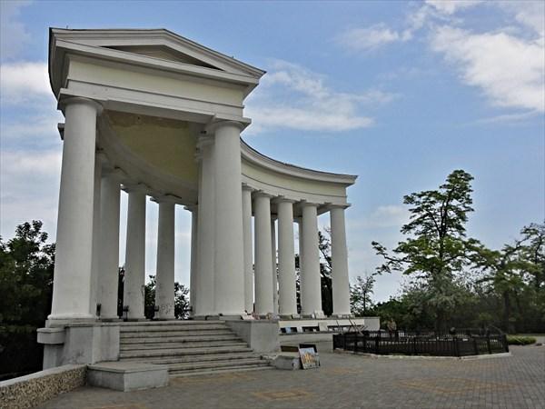 Колоннада возле Воронцовского дворца.