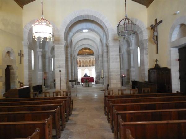 Интерьер церкви в Женевье=де-Пре