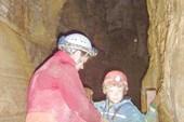 Миша страхует Илюшу на входной лестнице в Knox cave