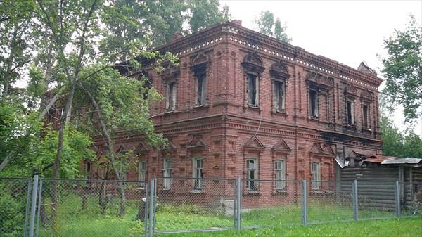 Руины какого то дома, очень похоже на церковный дом