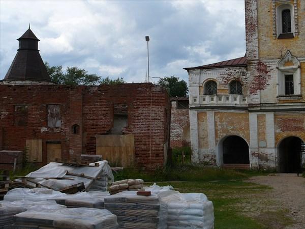 Внутри монастыря идут работы