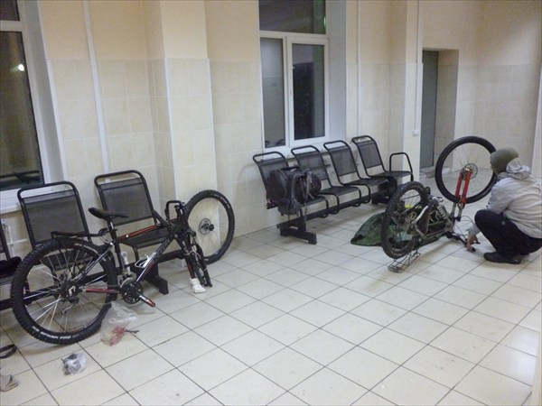 Сборка велосипедов в зале станции.2013-03-16-06:32:56