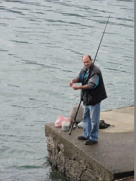 Рыбак рыбака видит издалека.