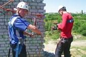 Дима и Андрей готвятся к спуску с маятниковым переходом