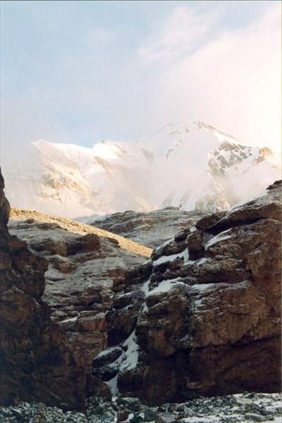 Над каньоном выглядывают безымянные вершины Куньлуня [А.Чхетиани]