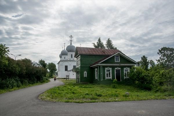 Преображенский собор и здание бывшего музея