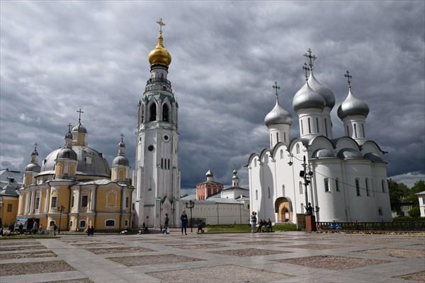 на фото: Воскресенский и Софийский соборы (слева направо)