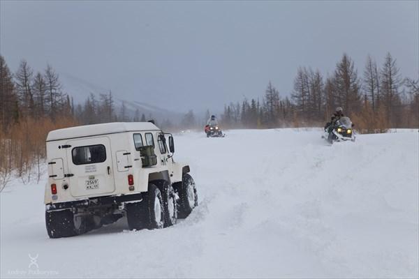 Туристы-снегоходчики. Фото Андрея Подкорытова.