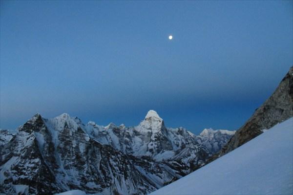 Рассвет в Гималаях во время восхождения