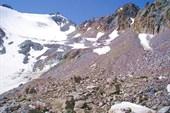 Вид на седловину перевала В. Ломакина