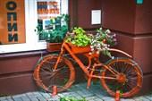 Велосипед на вечном приколе у магазинчика
