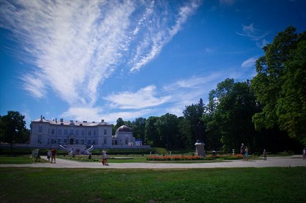 Парк у музея янтаря в Паланге