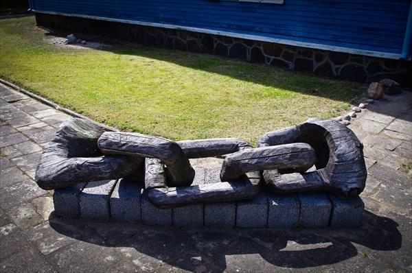 Арт-объект около палангской выставки-аукциона.