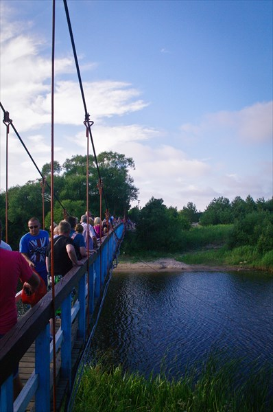 Невероятно узкий мостик через речку Швянтойи.