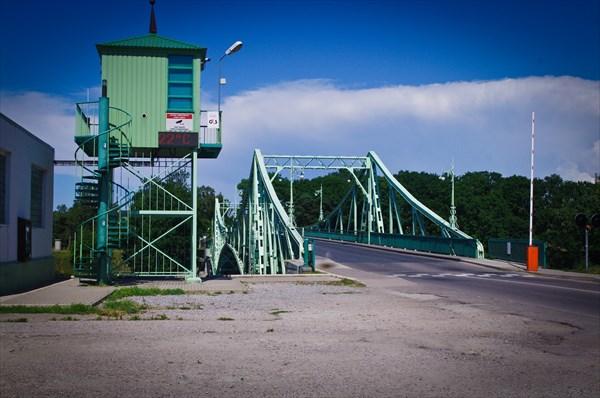 Выезд на мост Оскара Калпака, построенный через канал Каросты