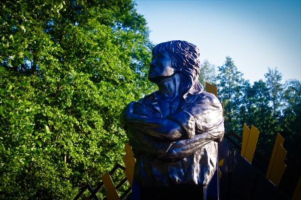 Современный памятник на месте гибели Цоя.