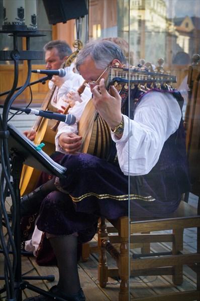 Трио, играющее у одного из ресторанчиков Старого Города