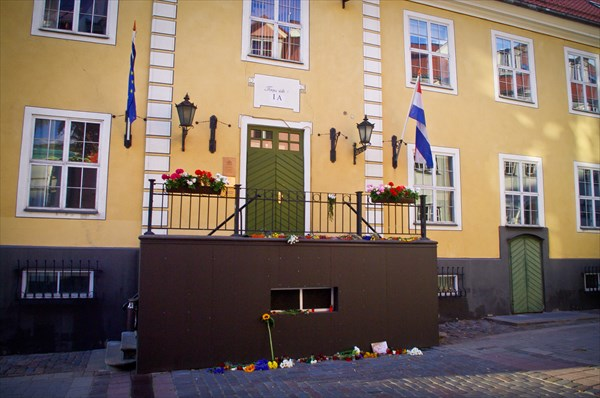 Цветы и свечи у посольства Голландии в связи с падением боинга