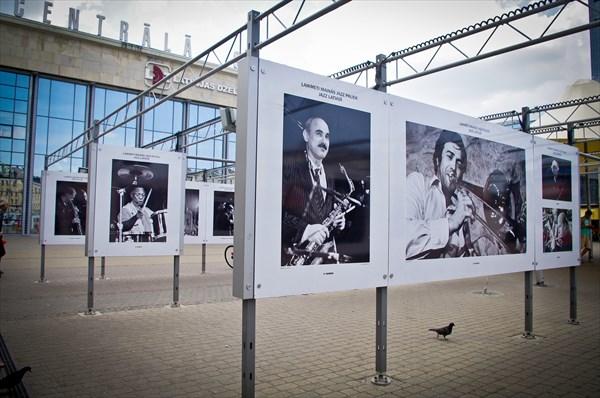 Выставка у жд воказала Риги, посвященная проходящему джаз-фесту