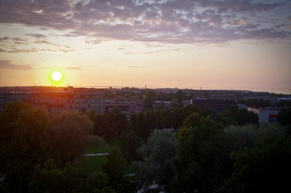 Таллин. Закат и вид на город с возвышенности Старого города.