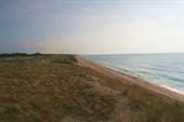 отличный пляж на десятки километров, а людей почти нет