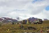Колонна на фоне Монгун-Тайги