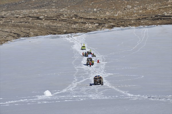Подъем автомобилей по леднику