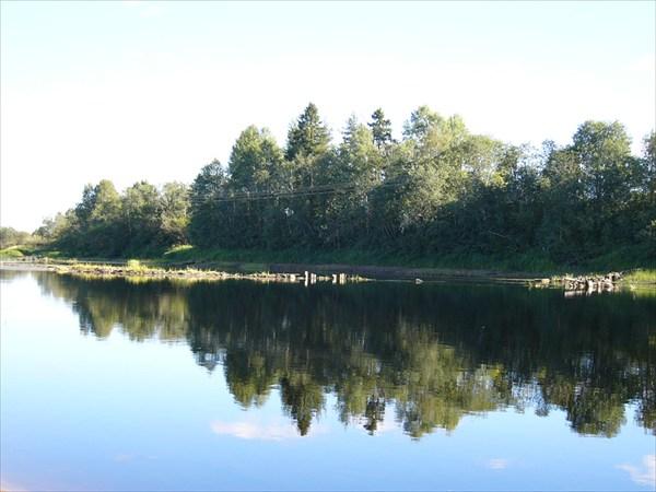 Река вытекающая с озера.