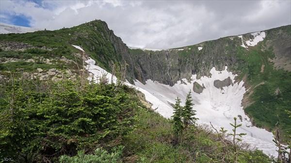 Вид с востока на седловину Караташского перевала