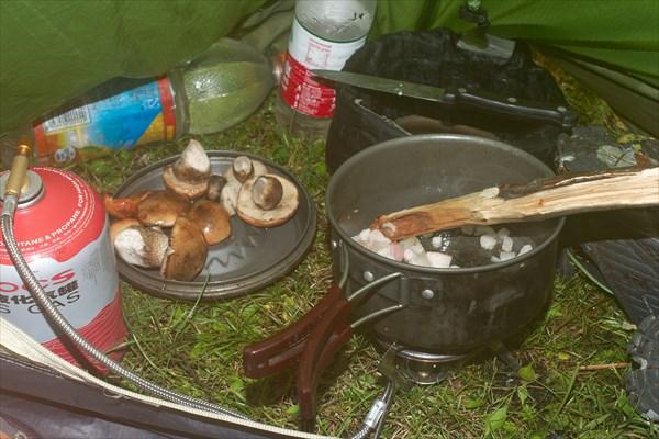 Сегодня у меня праздник. Борщ на сале с грибами