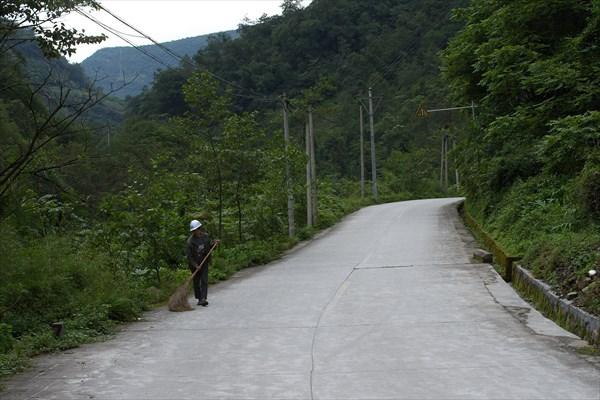 За завалом дорогу тоже подметают. Хотя проехать сюда нельзя.
