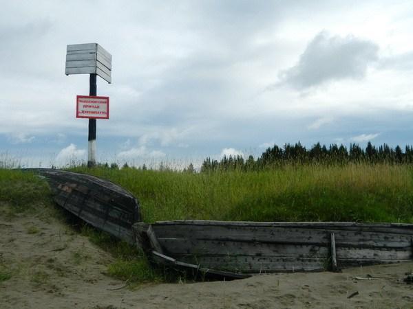 Старая лодка на старой пристани.