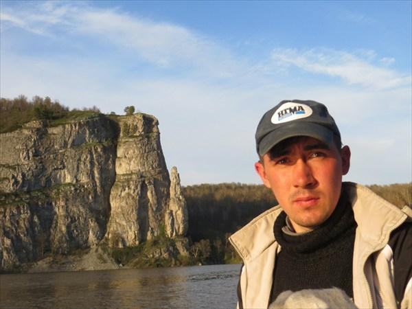 """Андрей на фоне скалы """"Палец"""""""