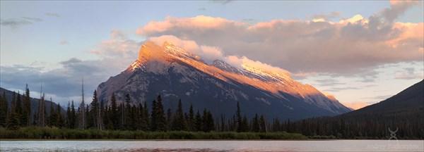 Гора Rundle в закатном свете