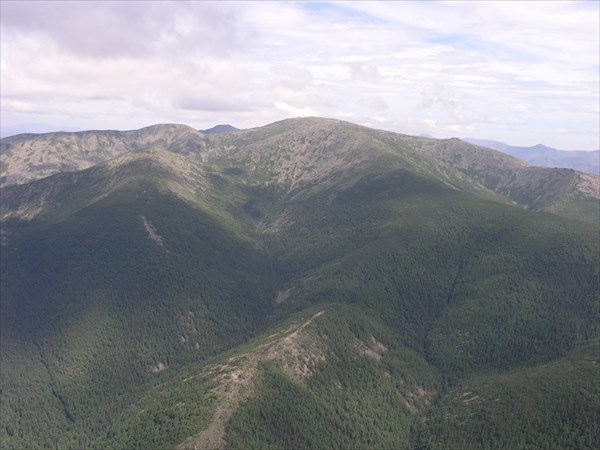 Летим над горными перевалами, под нами зарождаются ручьи и реки.