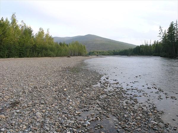 Закатный час. Долина реки широкая, панорама скрадывается лесом.