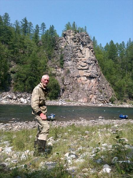 Я вижу в этой скале голову богатыря. Река Сень.
