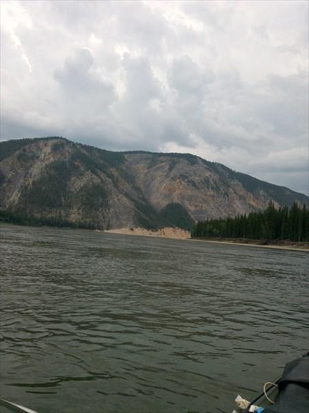 Река Чара - левые берега скалистые.