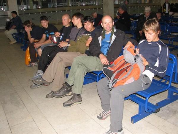 Группа `Москвичей` в аэропорту Внуково в 6-30 утра 5.09. 2008 г.