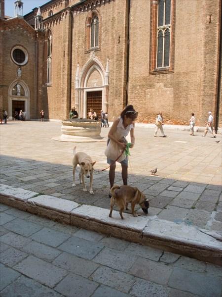 площадь Сан-Поло. Выгул собачек у Santa Maria Gloriosa dei Frari