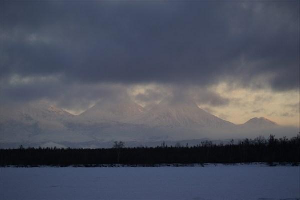 панорама северной группы вулканов включая влк. Ключевская сопка