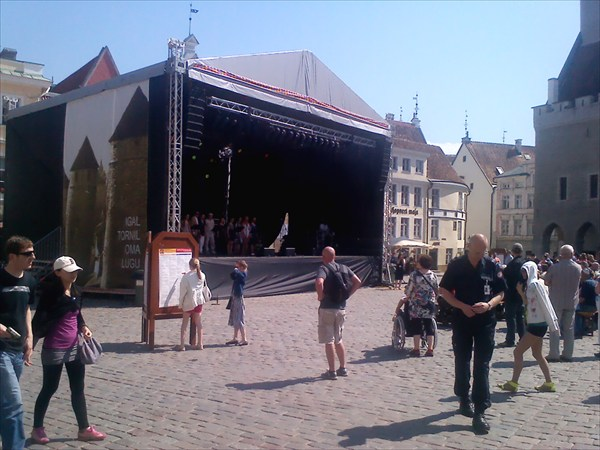 На ратушной площади Таллина концерт.