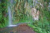 во время дождей дорогу заливают водопады